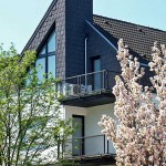 Außengerät auf Balkon Mehrfamilienhaus